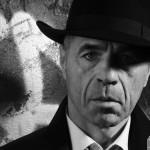 Gerd-Film noir-Schatten mit weichem Licht aufgehellt-Tür als Hintergrund